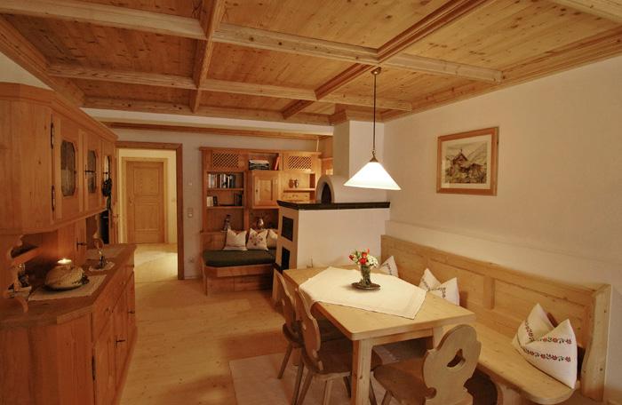 Lechner am See - Schlierseestube - Wohnzimmer mit Kachelofen